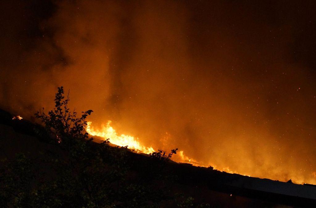 Der Brand war gegen 2 Uhr ausgebrochen, ... Foto: Andreas Rosar Fotoagentur-Stuttg
