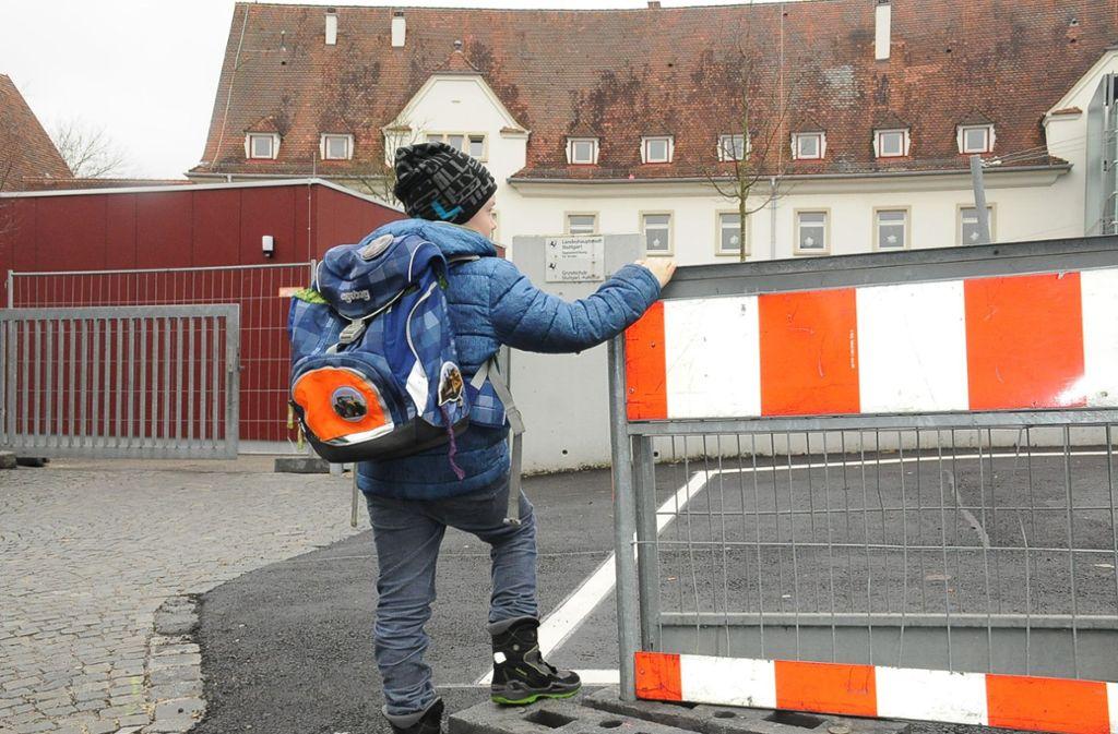 Wer an der Kaltentaler Grundschule parken will, hat schlechte Karten. Die wenigen Parkplätze wurden aus Sicherheitsgründen gesperrt. Dabei wird es bleiben. Foto: Archiv G. Linsenmann