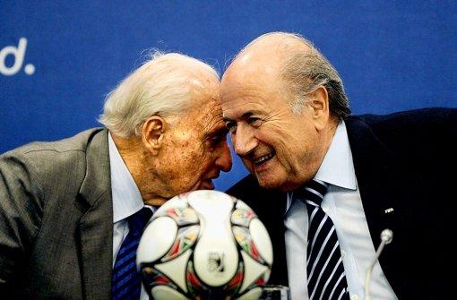 FIFA-Präsident Joseph Blatter (rechts) und sein Vorgänger Joao Havelange Foto: dpa