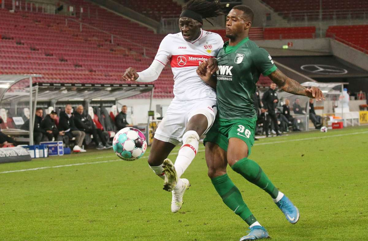 Tanguy Coulibaly (li.) verletzte sich im Spiel des VfB Stuttgart gegen den FC Augsburg. Foto: Baumann