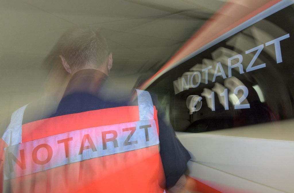 Ein Notarzt versorgte den Verletzten. (Symbolbild) Foto: dpa