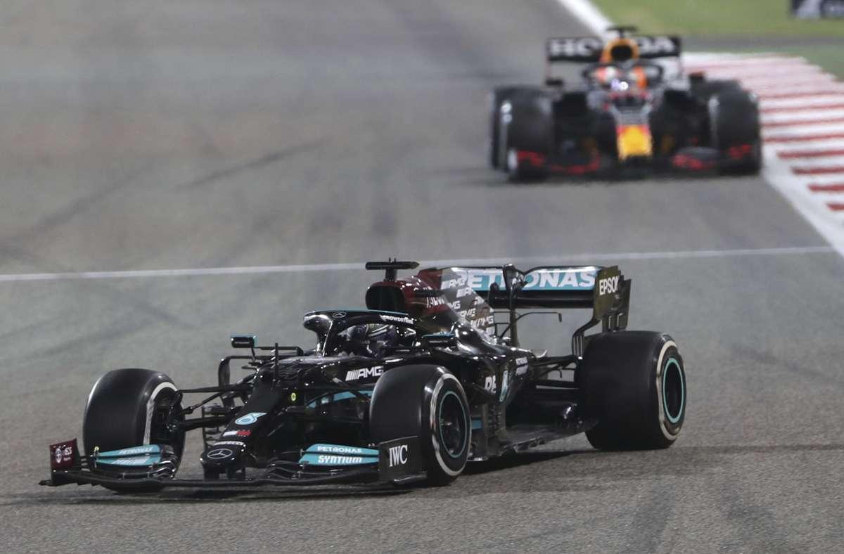 Lewis Hamilton vor Max Verstappen,  ein gewohntes Bild – doch es war in Bahrain wesentlich knapper, als man vermuten könnte. Foto: dpa/Kamran Jebreili