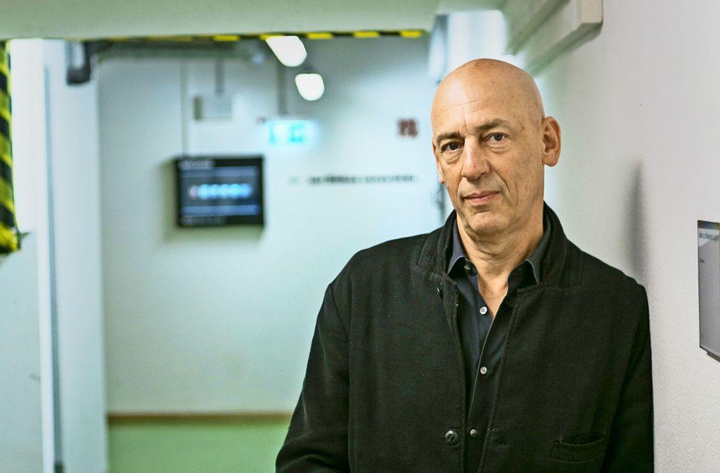 Demnächst geht er als Theaterchef nach Berlin, aber noch führen ihn seine Wege durch die Katakomben des Stuttgarter Schauspielhauses:  Klaus Dörr Foto: Lichtgut/Leif Piechowski
