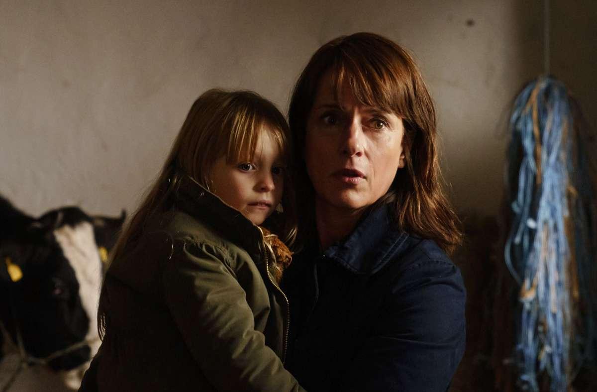 Kommissarin Brasch (Claudia Michelsen) mit Marie (Madeleine Tanfal), der Tochter der Ermordeten. Foto: MDR/Stefan Erhard