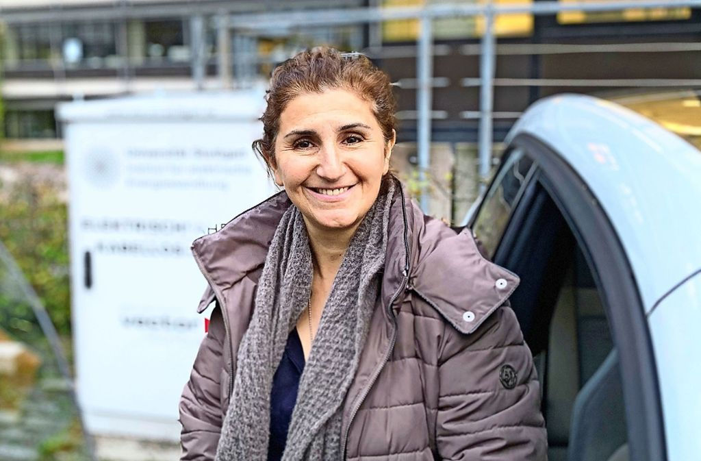 Nejila Parspour ist Expertin für das kabellose Laden von Elektrofahrzeugen. Foto: Götz Schultheiss