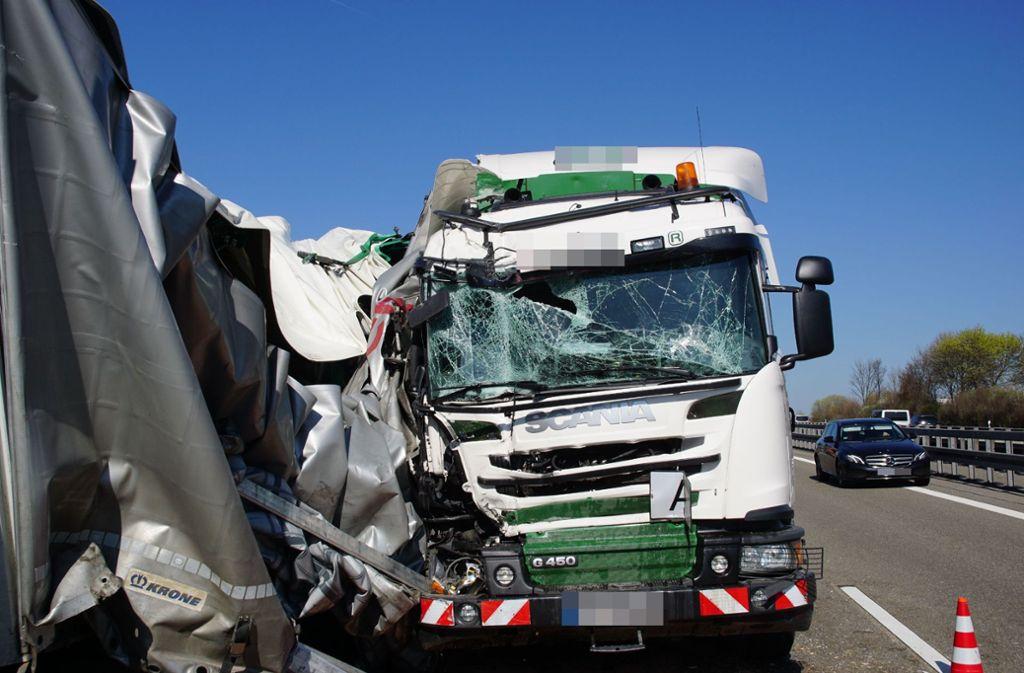 Auf der A8 bei Gruibingen ist es zu einem schweren Lkw-Unfall gekommen. Foto: SDMG