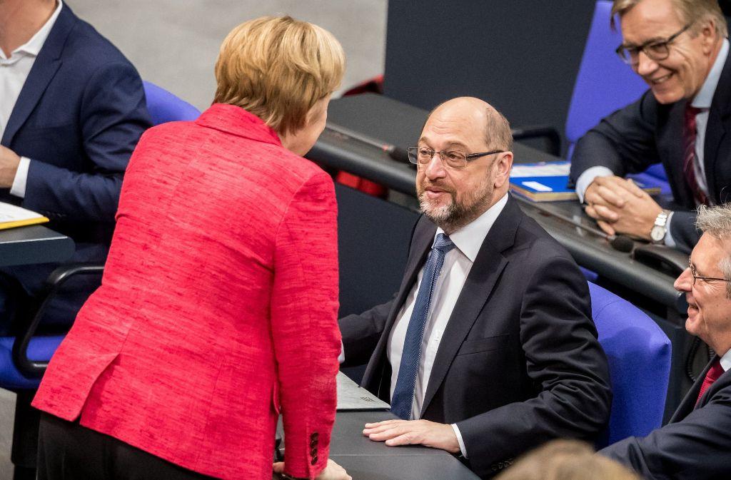 Ist das dann doch noch der Beginn einer wunderbaren Freundschaft? Angela Merkel und Martin Schulz im Bundestag. Foto: dpa