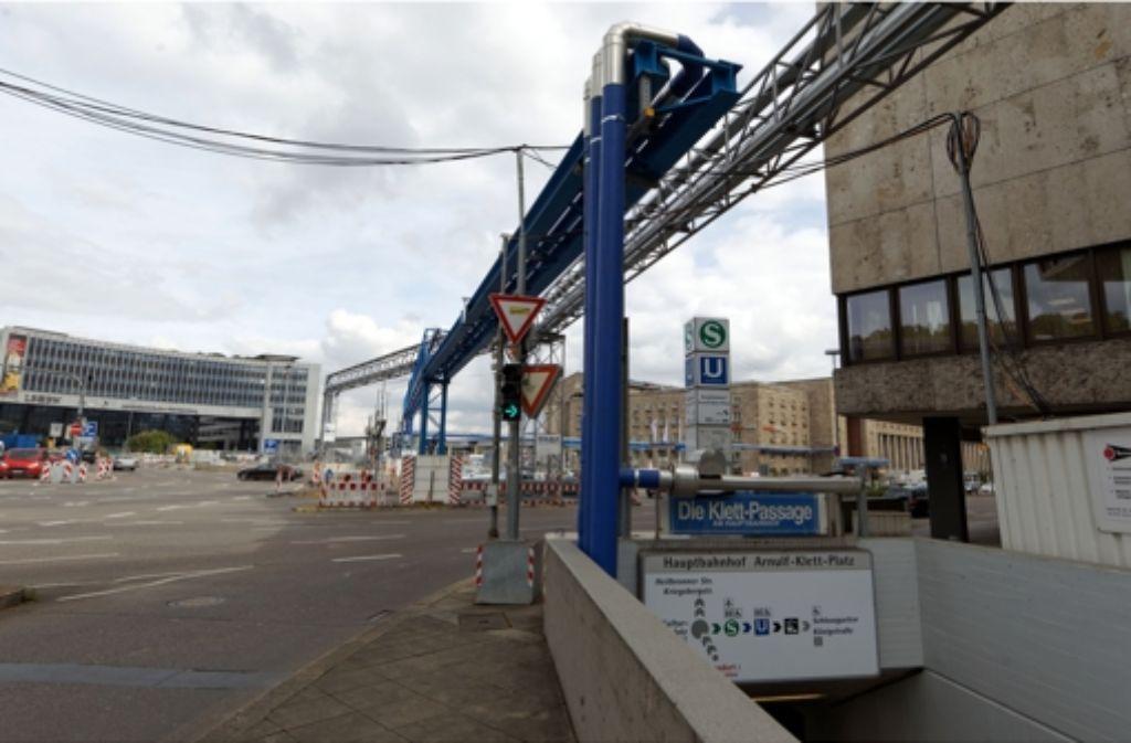 Durch die blauen Rohre wird abgepumptes Grundwasser transportiert. Gegen die Genehmigung, die Wassermenge zu erhöhen, klagt nun ein Stuttgarter. Foto: Christian Hass