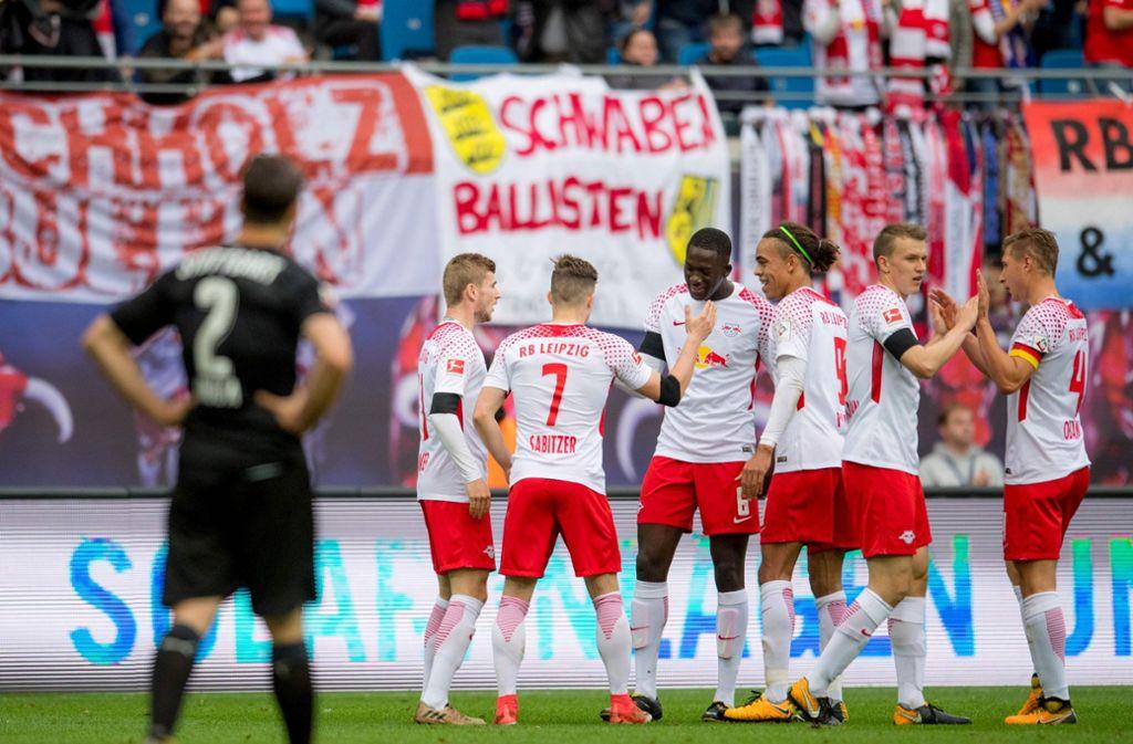 Im Hinspiel musste Emiliano Insua (links) vom VfB Stuttgart zusehen, wie die Spieler von RB Leipzig das 1:0 bejubelten. Foto: AFP