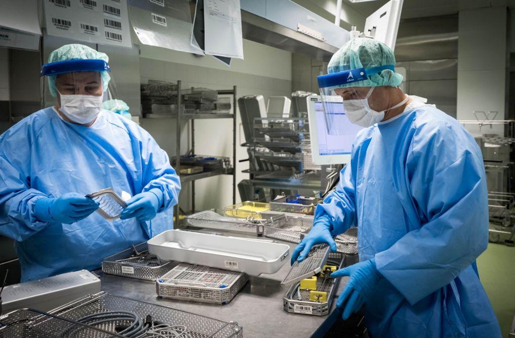 """Auf der """"unreinen"""" Seite der Abteilung  werden die aus den OP-Sälen angelieferten  Instrumente für die  maschinelle Reinigung und Desinfektion vorbereitet. Foto: Lichtgut/Achim Zweygarth"""