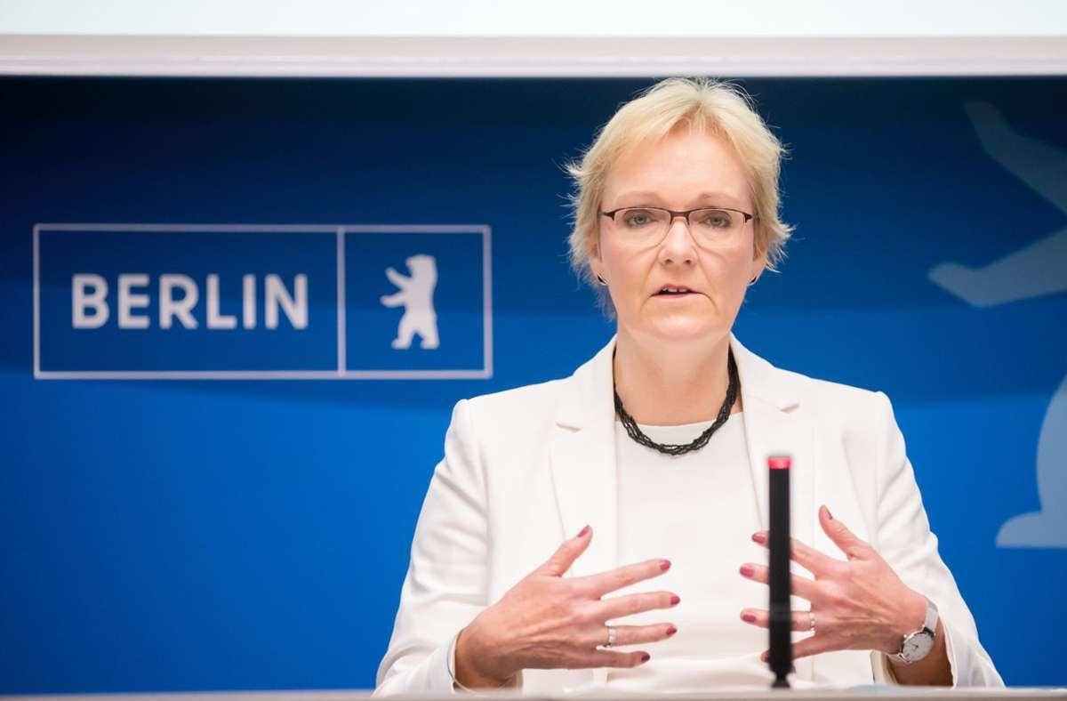 Die Berliner Landeswahlleiterin Petra Michaelis will die Pannen am Wahlsonntag aufarbeiten. Foto: dpa/Christoph Soeder