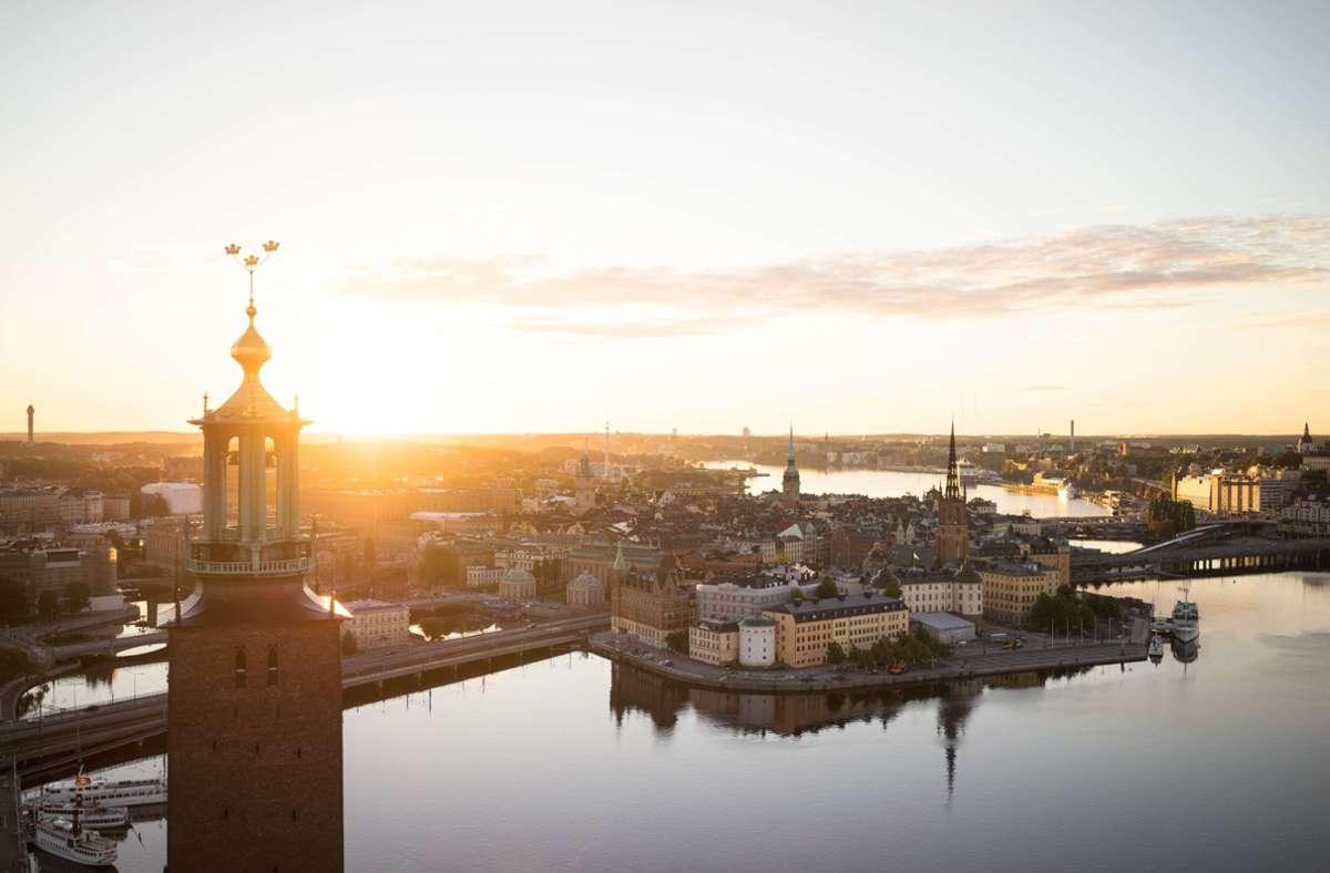 Stockholm liegt auf insgesamt 14 Inseln. Hier sieht man die Altstadt mit dem Turm des Rathauses im Vordergrund. Foto: Visit Stockholm/Björn Olin