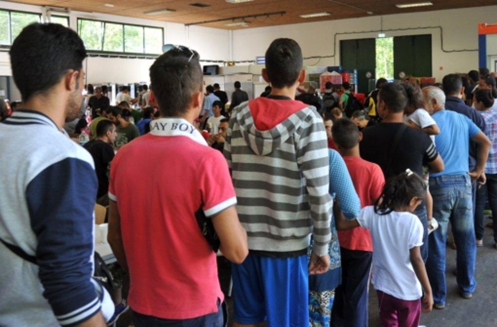 Flüchtlinge warten in der Landeserstaufnahmeeinrichtung Ellwangen auf die Essensausgabe. Foto: dpa