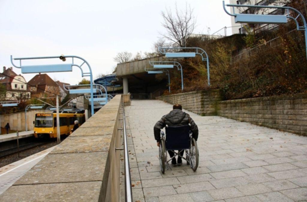 Selbstversuch im Rollstuhl wird zum Kraftakt: Um die Rampe bewältigenDer Selbstversuch im Rollstuhl wird zum Kraftakt. Um die Rampe bewältigen Foto: Torsten Ströbele
