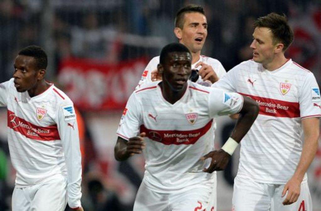 Stuttgarts Ibrahima Traoré (links) bejubelt seinen Treffer zum 0:3 gegen die Eintracht Braunschweig mit seinen Kollegen Antonio Rüdiger (Mitte), Vedad Ibisevic (hinten) und William Kvist. Foto: dpa