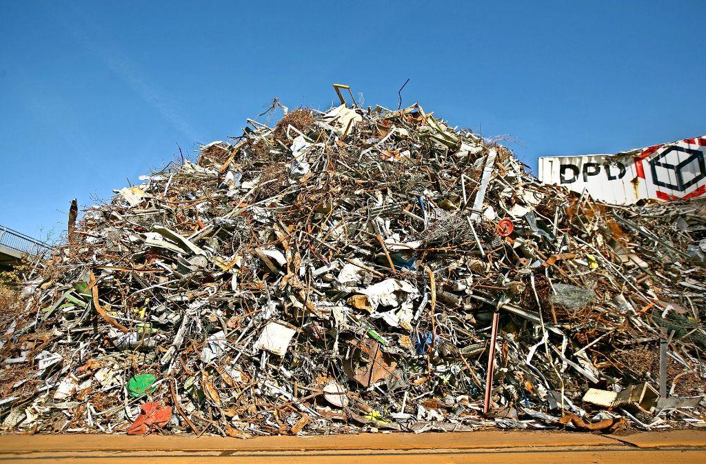Das Herz einer weltumspannenden Kreislaufwirtschaft schlägt hier,  in den zerrissenen Texturen aus Metall. Foto: Horst Rudel