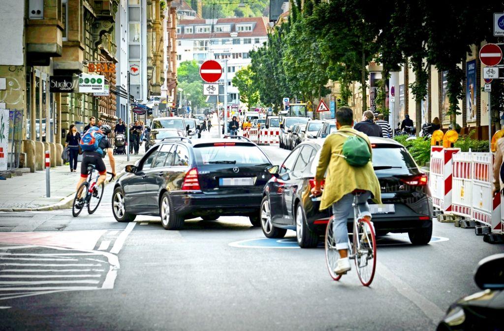 Radfahrer queren Autofahrer: Zur Feierabendzeit herrscht Durcheinander   an der Ecke Cotta-/Tübinger Straße.. Foto: Lichtgut/Achim Zweygarth
