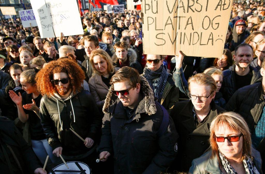 Demonstrationen gegen Regierungschef Sigmundur Gunnlaugsson – in Island sorgen die Enthüllungen um die sogenannten Panama Papers für Aufruhr in der Bevölkerung. In unserer Bildergalerie zeigen wir den Protest der Isländer. Foto: AP