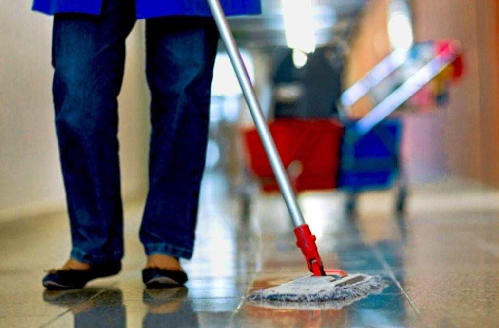 Wer in den Göppinger Kreiskliniken putzt, wird künftig nur noch bei einer Tochterfirma angestellt. Foto: dpa