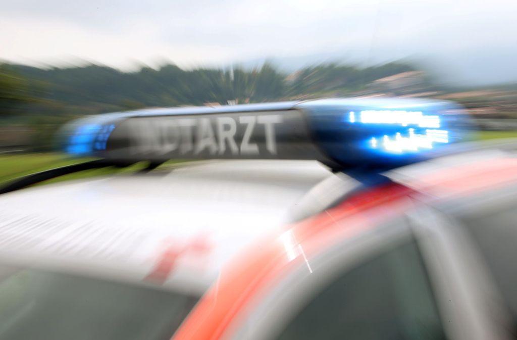 Der Verletzte wurde in ein Krankenhaus gefahren, in dem er nun starb. (Symbolbild) Foto: dpa/Stephan Jansen