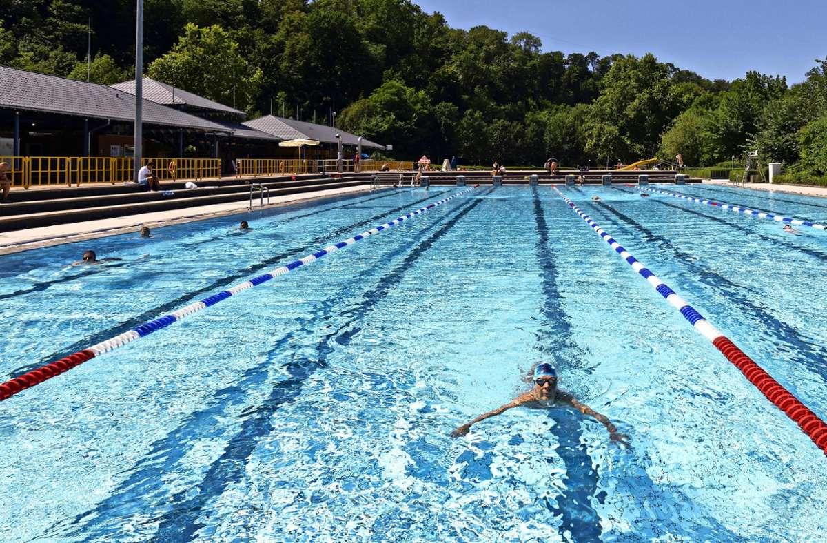 Mit reichlich Abstand: Fast einsam ziehen die Schwimmer im Bad in Ludwigsburg-Hohneck ihre Bahnen. Foto: factum/Andreas Weise