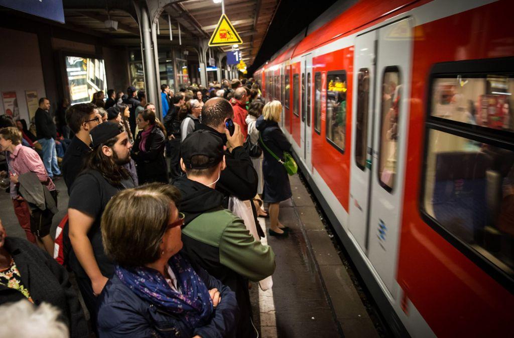 Massenauflauf bei der S-Bahn Foto: Lichtgut/Achim Zweygarth