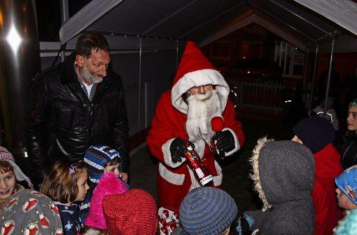 Weihnachtsmann beschenkt Kinder