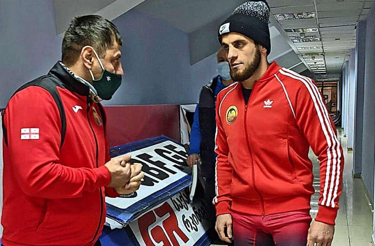 Tariel Shavadze, ansonsten Trainer des SV Fellbach,  leitet seinen Neffen bei den georgischen Titelkämpfen an.    Amiran Shavadze wird in der Klasse bis 63 Kilogramm Dritter. Foto: Privat