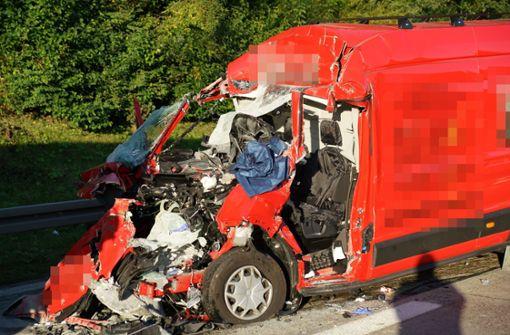 Stauende übersehen – Fahrer  eingeklemmt und schwer verletzt