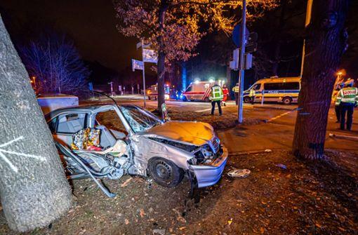 Betrunken mit Auto gegen Baum geprallt – Beifahrer schwer verletzt