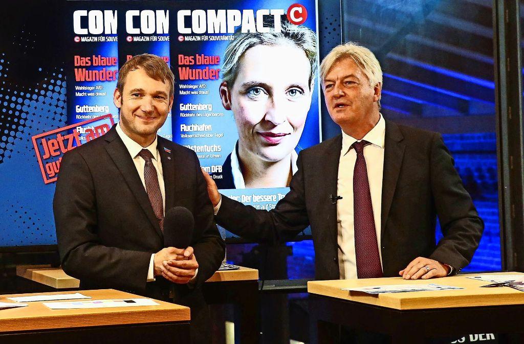 """""""Compact""""-Chefredakteur  Jürgen Elsässer (rechts) –  hier mit dem AfD-Spitzenpolitiker Andre Poggenburg aus Sachsen-Anhalt –  will die rechte Szene vernetzen und eine rechte Gewerkschaft befördern. Foto: imago stock&people"""