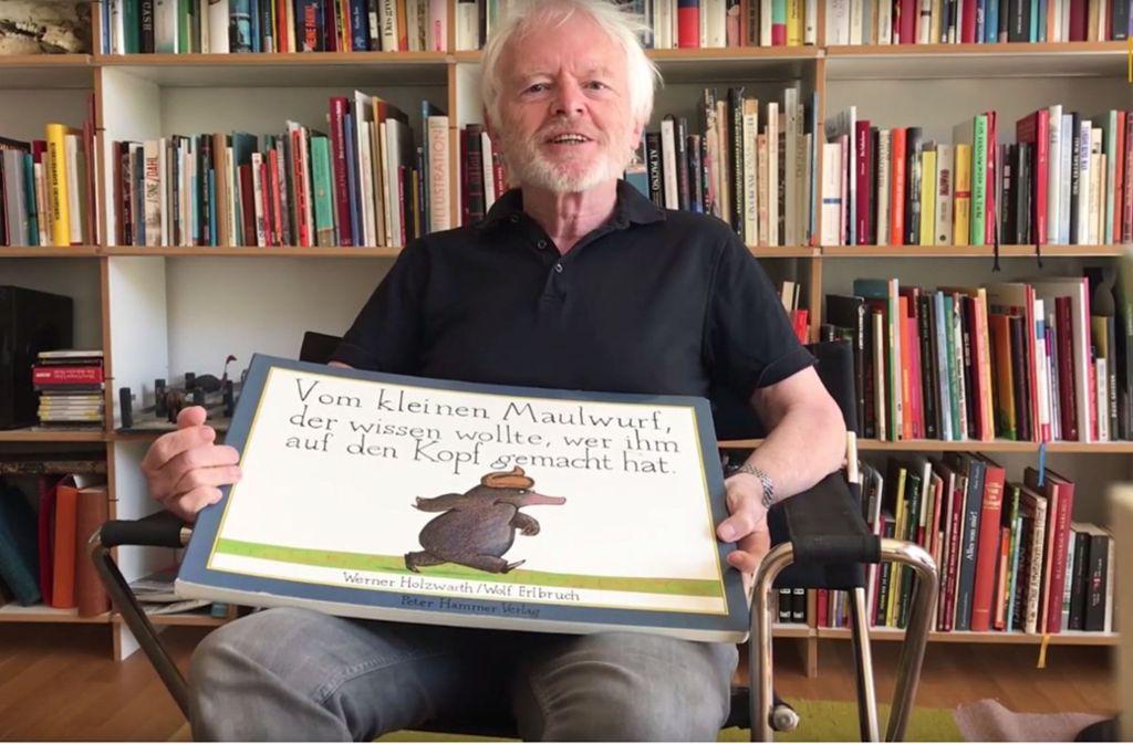 Tja, woher kommt nur dieses Häufchen auf dem Kopf? Kinderbuchautor Werner Holzwarth weiß es und liest für uns aus seinem Bestseller. Foto: Youtube