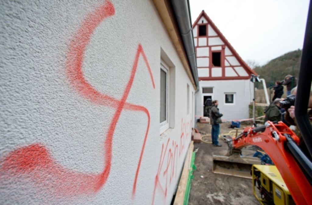 Ein Hakenkreuz ist an einer Hauswand in Vorra (Bayern) zu sehen. Hier sollten Asylbewerber einziehen. (Archivfoto vom 12. Dezember 2014.) Foto: dpa