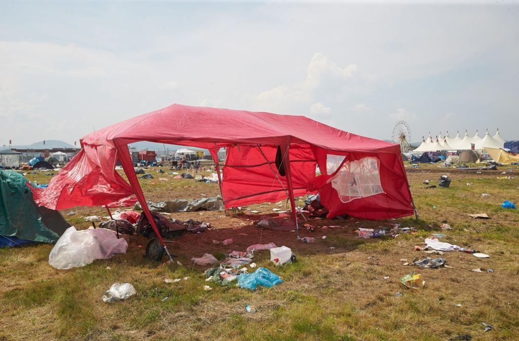 Auf den Campingplätzen blieben nach dem vorzeitigen Abreisen der Besucher zerstörte Zelte und Müll zurück. Einige Besucher fordern nun einen Teil des Eintrittsgeldes zurück. (Archivfoto) Foto: dpa