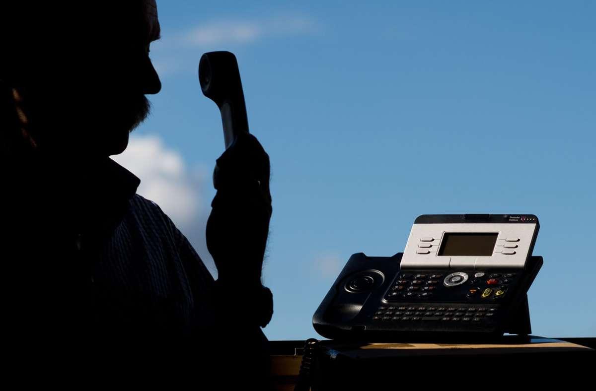 Der Senior wurde von einem falschen Polizeibeamten angerufen. (Symbolbild) Foto: dpa/Julian Stratenschulte