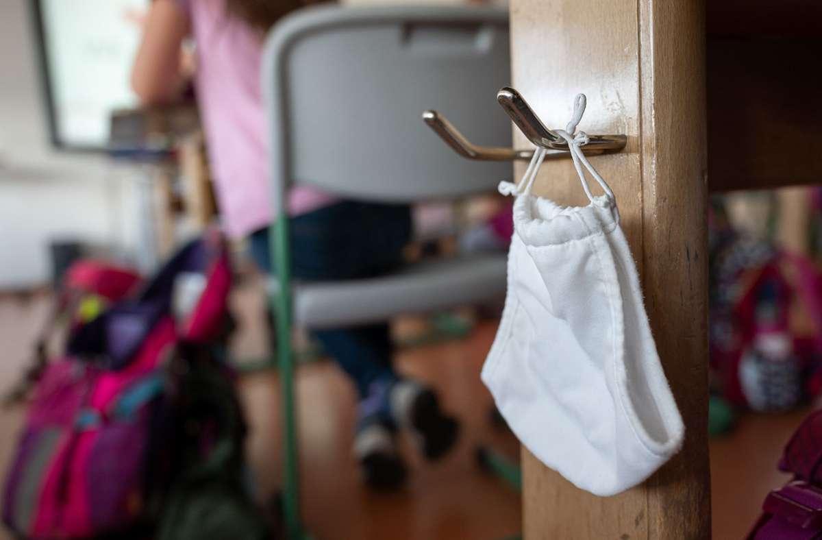 In der Schule müssen die Kinder teilweise einen Mund-Nasen-Schutz tragen. Am Platz selbst kann er abgenommen werden. Foto: dpa/Sebastian Gollnow