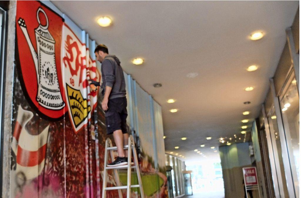 Graffiti-Künstler Jan verschönert derzeit die Passage. Foto: Frey