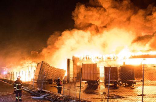 Brennende Lagerhalle sorgt für Großeinsatz  - Verkehr massiv betroffen