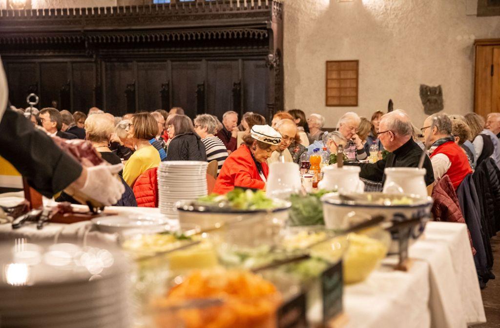 Für die meisten ist das Essen das wichtigste Angebot in der Vesperkirche. Foto: Lg/Julian Rettig