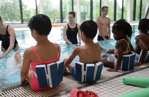 Stadt regelt Schwimmkurse neu – das  schlägt hohe  Wellen
