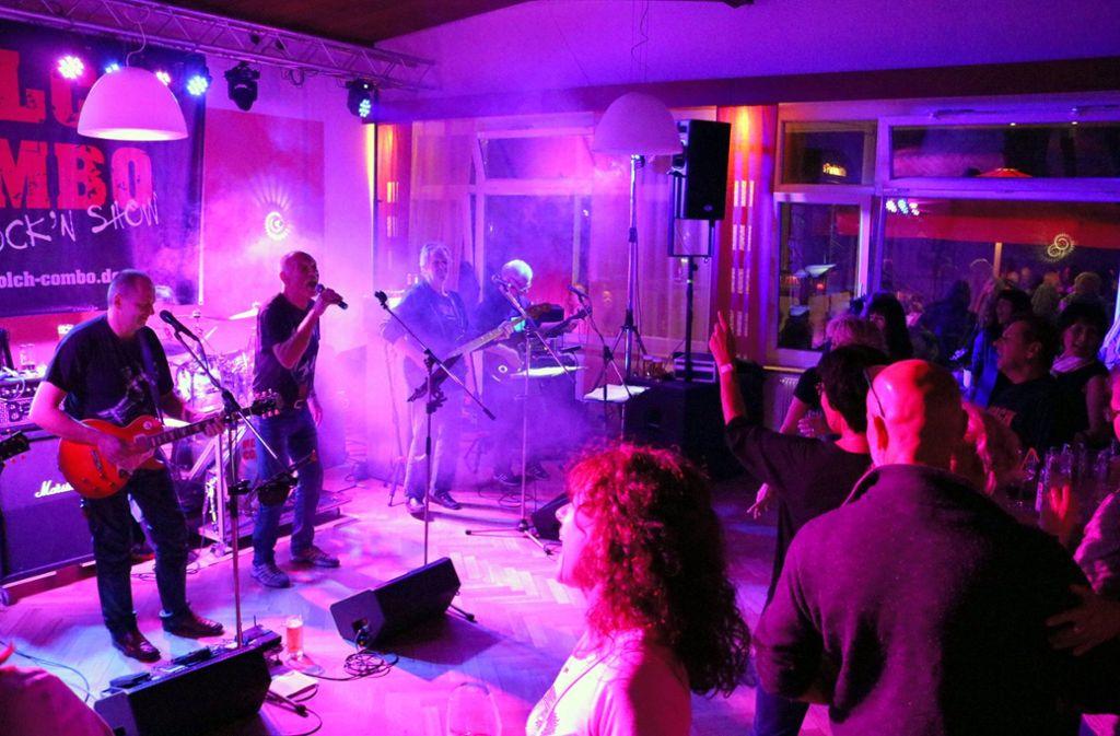 Die Fans der Molch Combo feiern und rocken  im Parkrestaurant des SV Fellbach Foto: Eva Herschmann