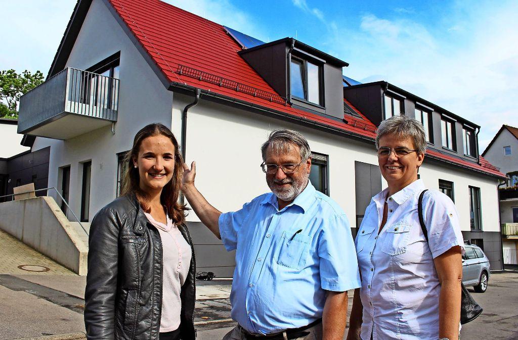 Isabel Hetterich, Werner Rabe und Andrea Bremer (von links) sind stolz auf den Neubau an der Eichenparkstraße. Foto: Caroline Holowiecki