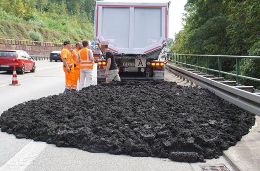 Lastwagen verliert 25 Tonnen Klärschlamm