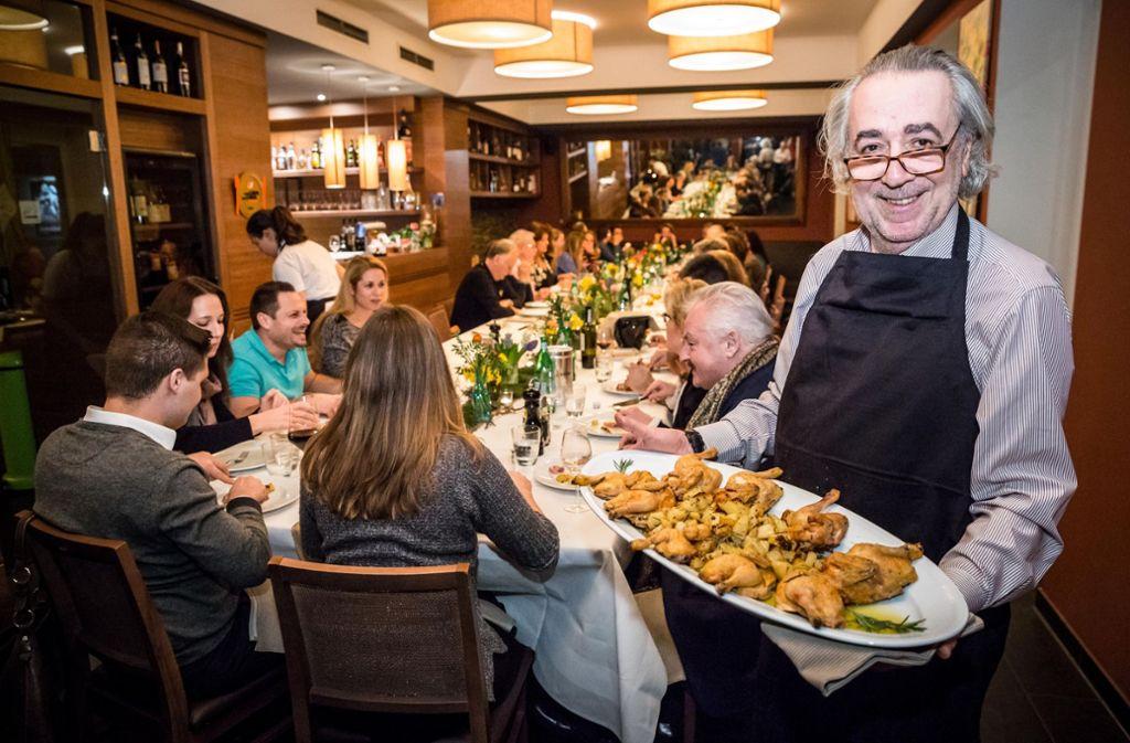 """Essen wie daheim in Italien: Alle zwei Monate lädt Maurizio Olivieri zu seiner """"Cucina della Mamma""""-Veranstaltung ein. Foto: Lichtgut/Julian Rettig"""