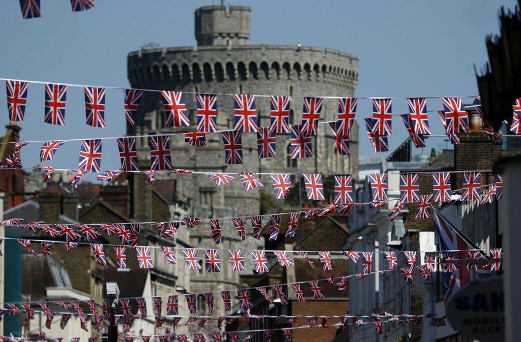 Viele kleine britische Flaggen hängen über der Einkaufsstraße im Zentrum der Stadt Windsor. Foto: AP