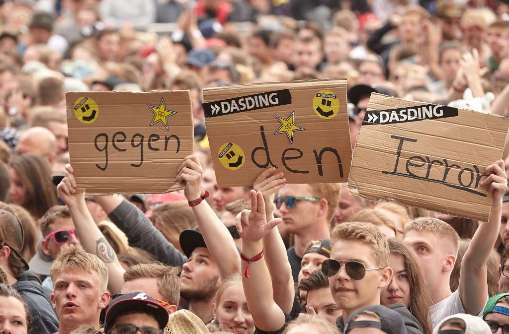 Die Musikfans wollten sich nicht unterkriegen lassen – und feierten nach dem Terroralarm weiter. Foto: dpa