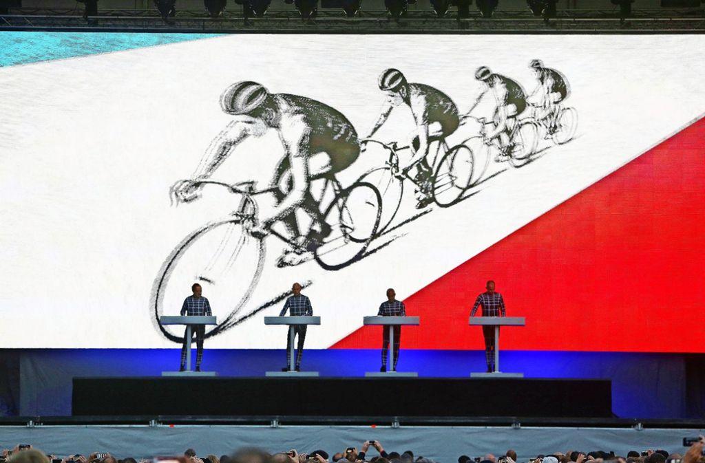So sieht es aus, wenn Kraftwerk Musik macht: Vier Herren an Pulten, dahinter bunte Bilder. Foto: dpa