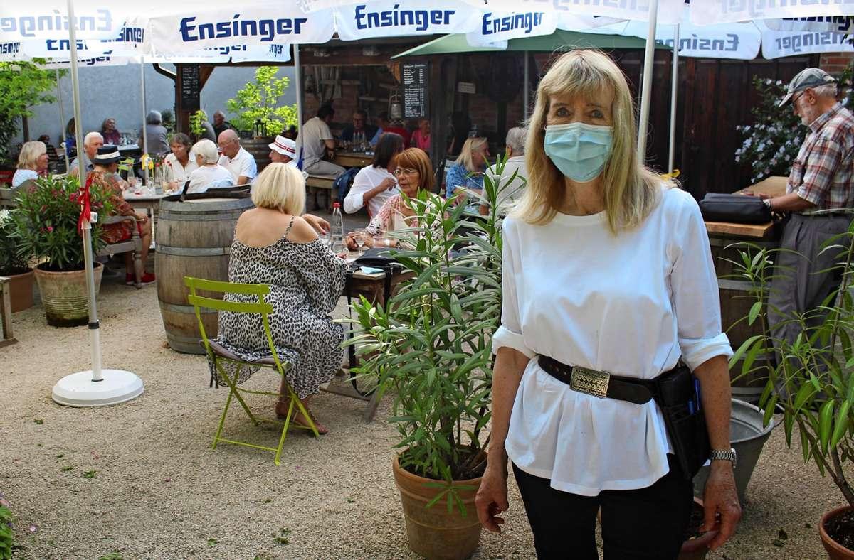 """Elsbeth Koch betreibt mit ihrem Mann Winfried seit 35 Jahren die """"Besenwirtschaft Gohl - Bei d'r Elsbeth"""". Foto: Caroline Holowiecki"""