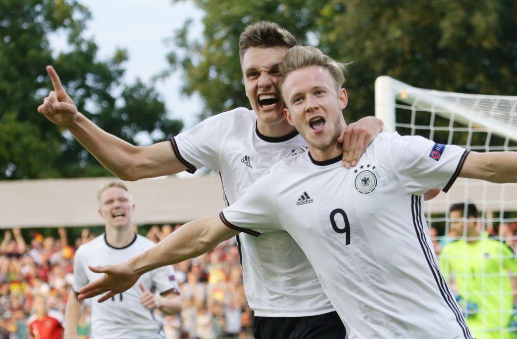 Gino Fechner (li.) und  Torschütze Cedric Teuchert jubeln für ihren Erfolg. Foto: Pressefoto Baumann