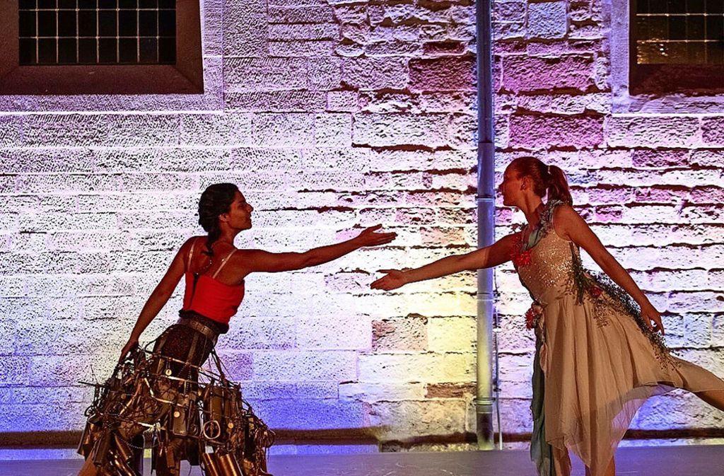 Konsum trifft Esoterik – so heißt diese Szene des Tanztheaters. Foto: Stadt Sindelfingen/